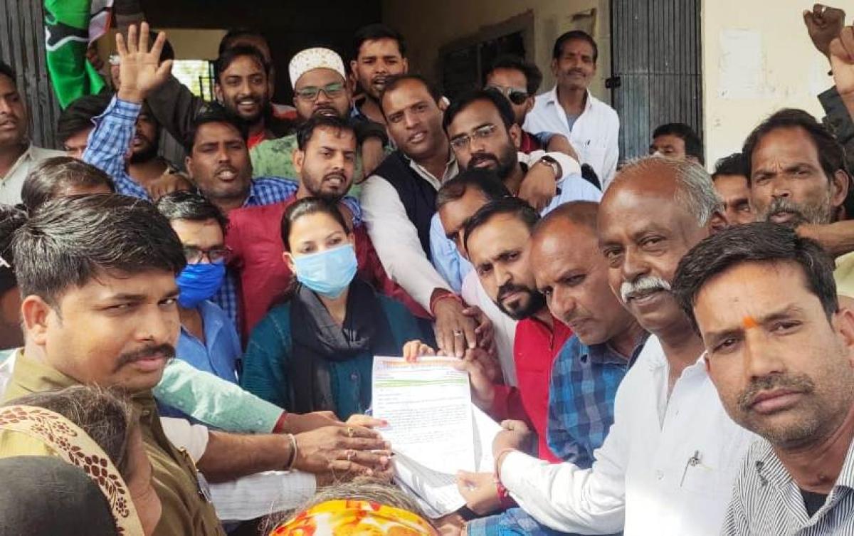 Congress party leaders in Suwasara submitted memorandum to tehsildar Kavita Kadhel on Thursday