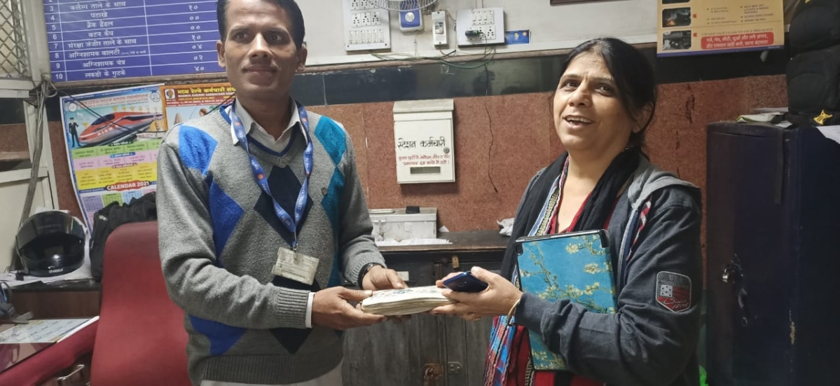 Pune Station Master returns woman passenger's purse containing jewellery and  cash