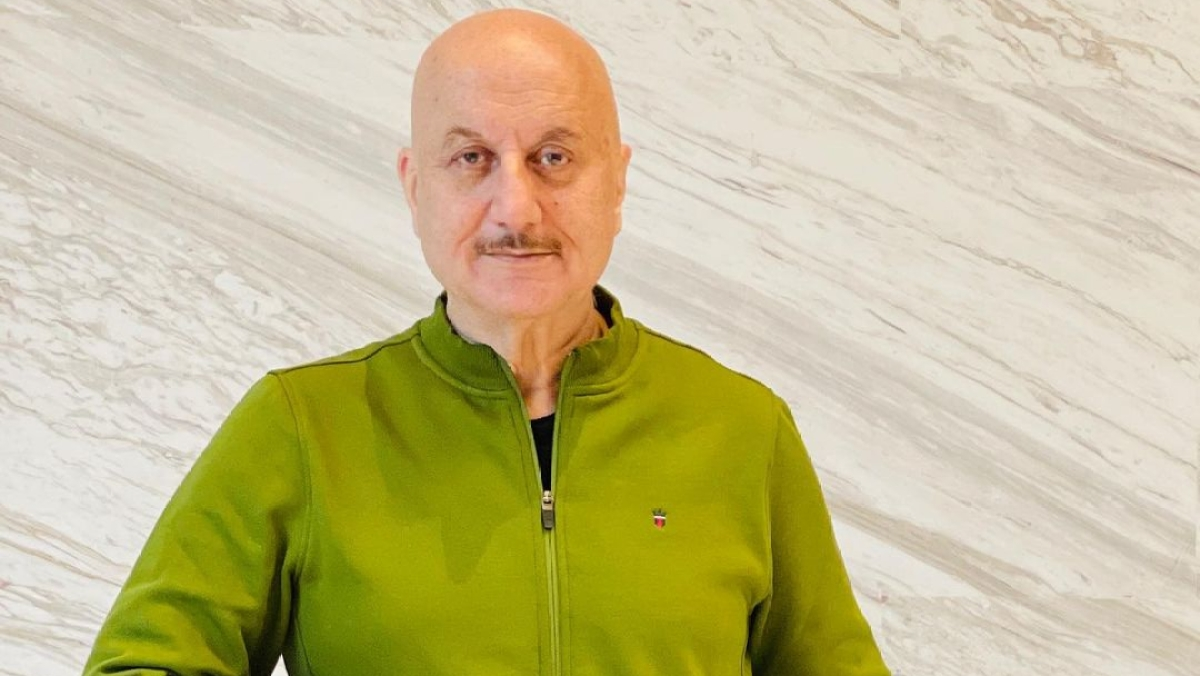 Anupam Kher gives clarification over viral photo with his mother, says 'it is not me'