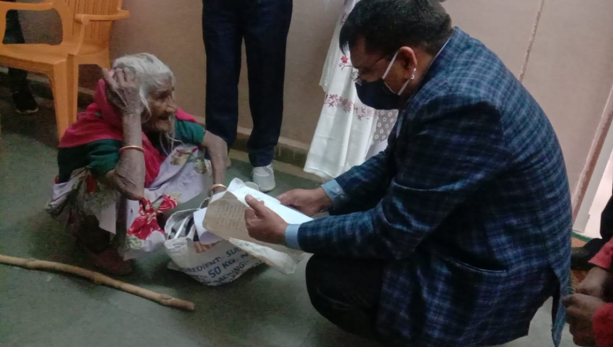 Madhya Pradesh: Men in Neemuch vow to take care of 80-yr-old mother post collector's counselling