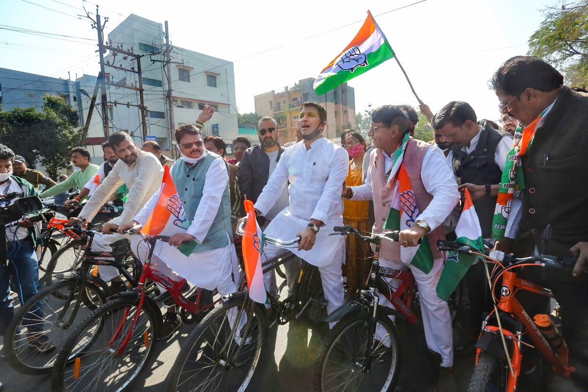 Bhopal:Congress MLAs ride bicycles to Assembly to protest rising fuel prices