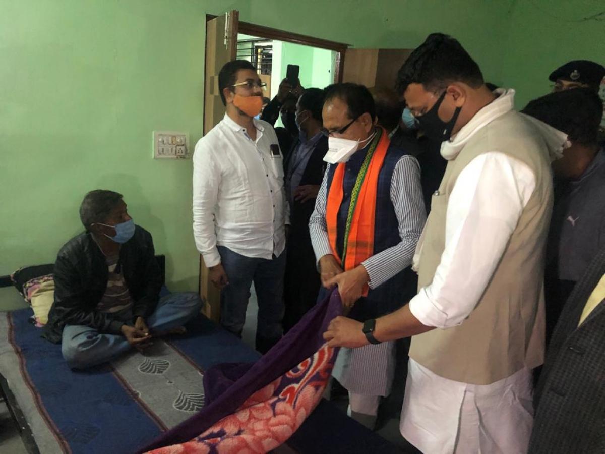 CM Shivraj Singh Chouhan visited rain basera at Sukhlia to discuss condition of inmates.