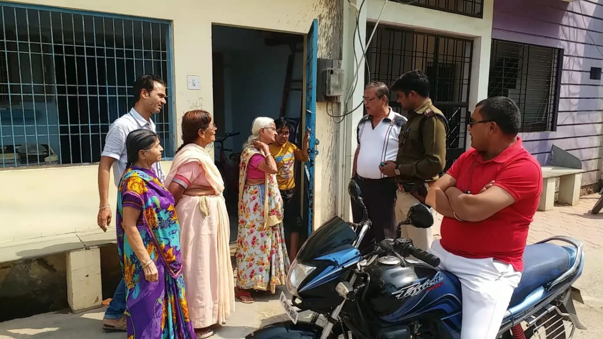 Police inquire about chain snatching from retired school teacher in Sanawad on Thursday