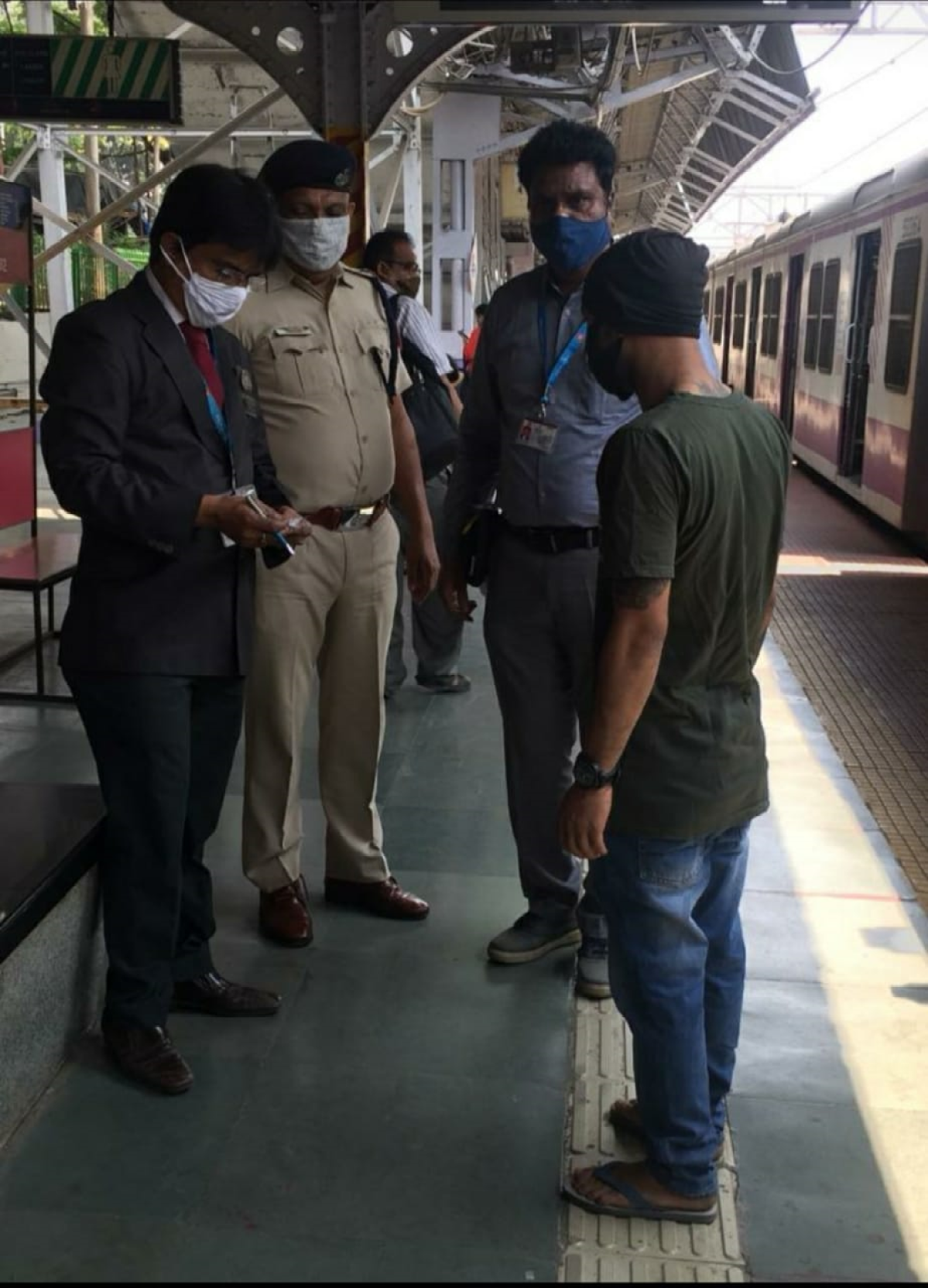 CR's Mumbai Division's intensive and regular checks against 3 lakh cases of ticketless/irregular travellers yields Rs.10.04 crore as fine