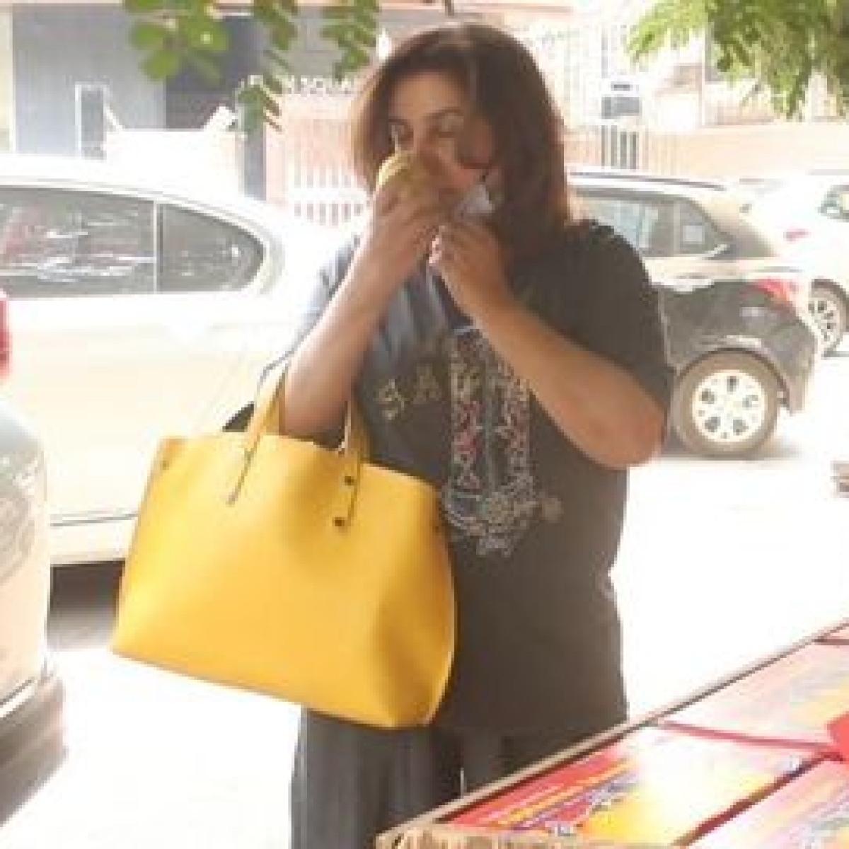 Watch: Farah Khan smelling mangoes at a fruit stand invites social media fury