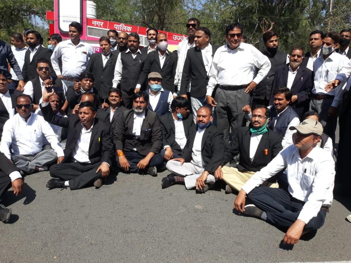 Members of District Bar Association resort to chakka jam on Kothi Road