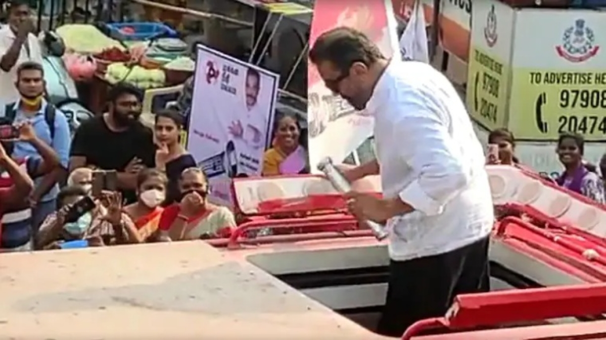 Tamil Nadu: MNM chief Kamal Haasan throws away party symbol torchlight in frustration during roadshow