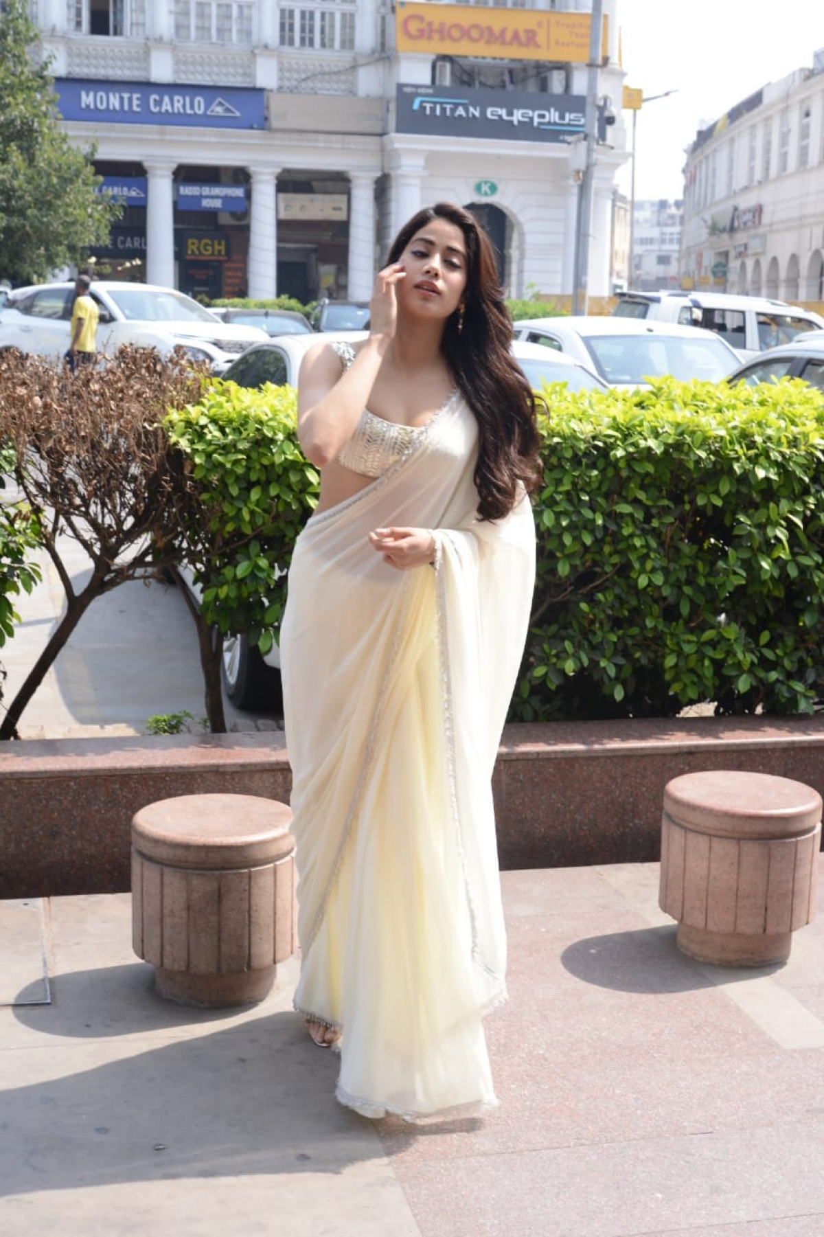 In Pics: Janhvi Kapoor takes fashion cues from mom Sridevi, stuns in white saree for 'Roohi' promotions