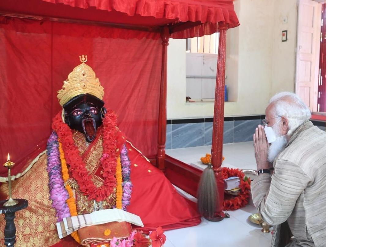 Prime Minister Narendra Modi prays at Kali temple in Bangladesh