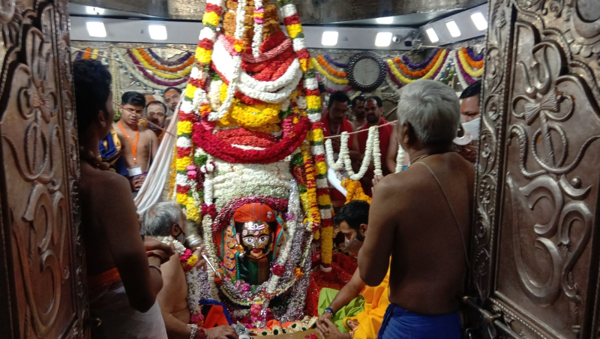 Ujjain: Mahakal dons floral crown to bless devotees in groom avatar