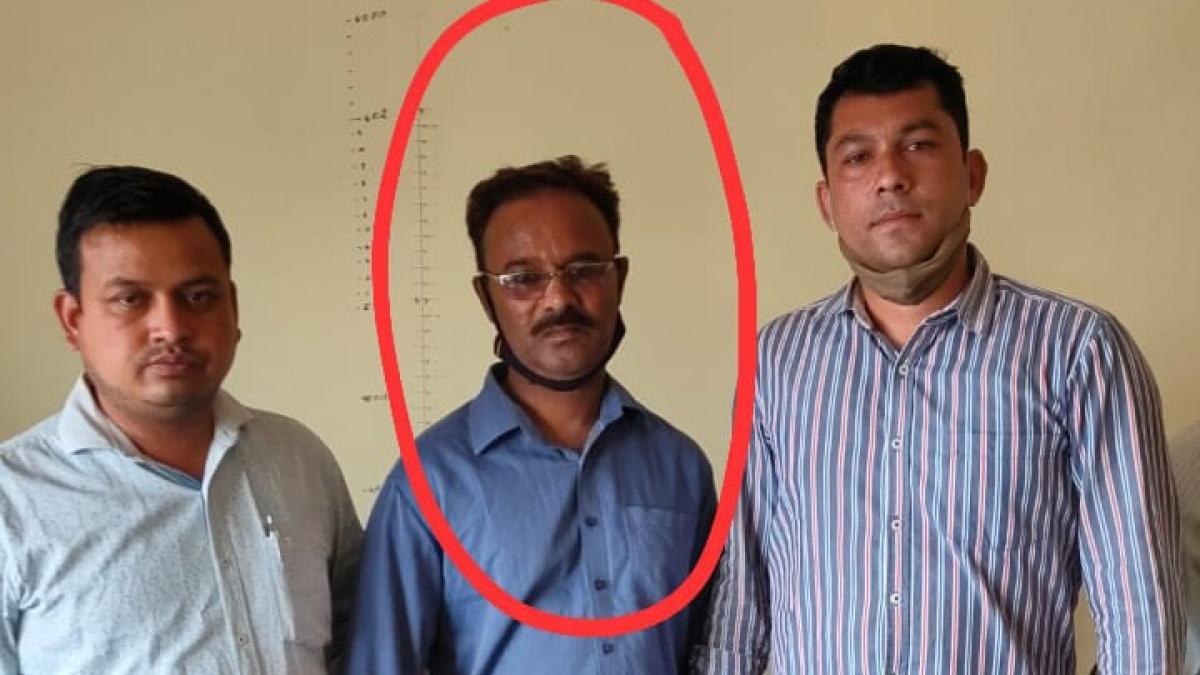 Madhya Pradesh: Lokayukta police caught patwari of Sardarpur red-handed accepting a bribe of Rs 50,000