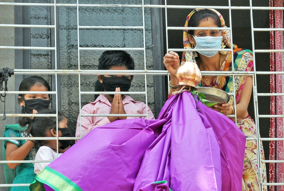 Mumbai: Mumbaikars smarten up to tackle virus, shed fear