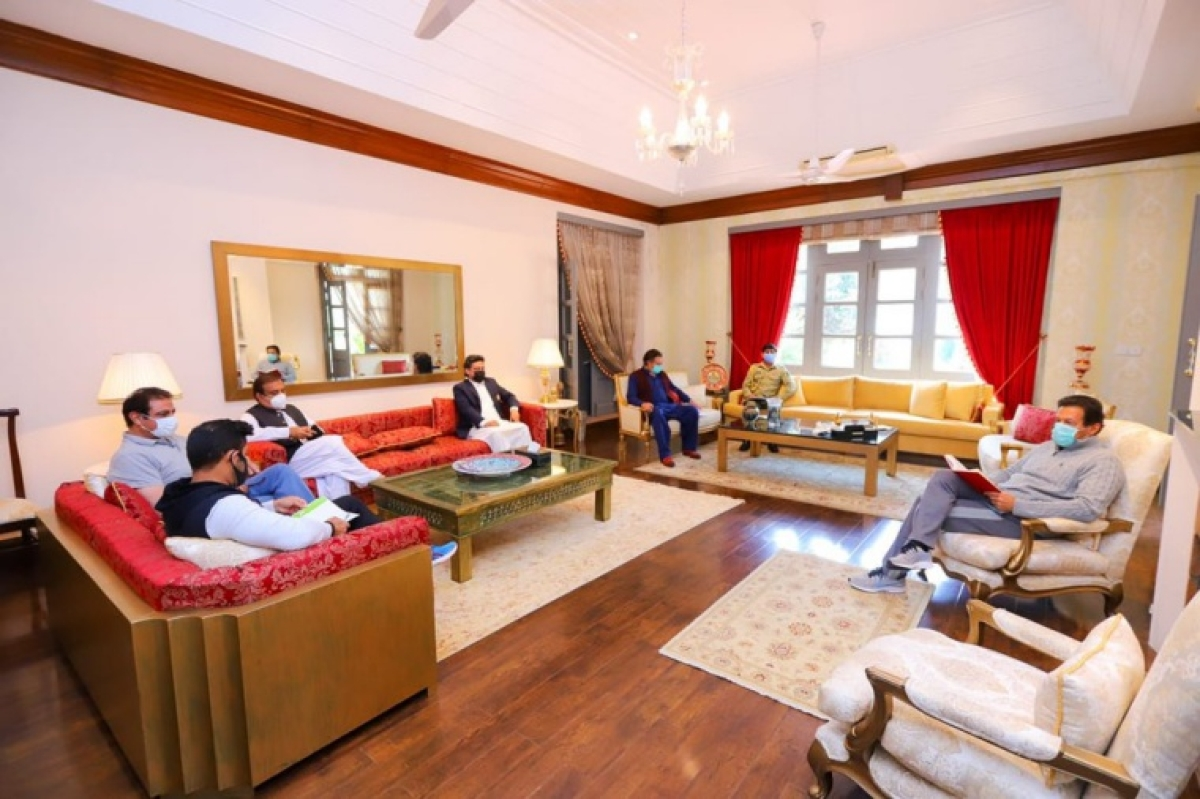 Pakistan PM Imran Khan flouts COVID-19 guidelines, holds in-person meet days after testing positive