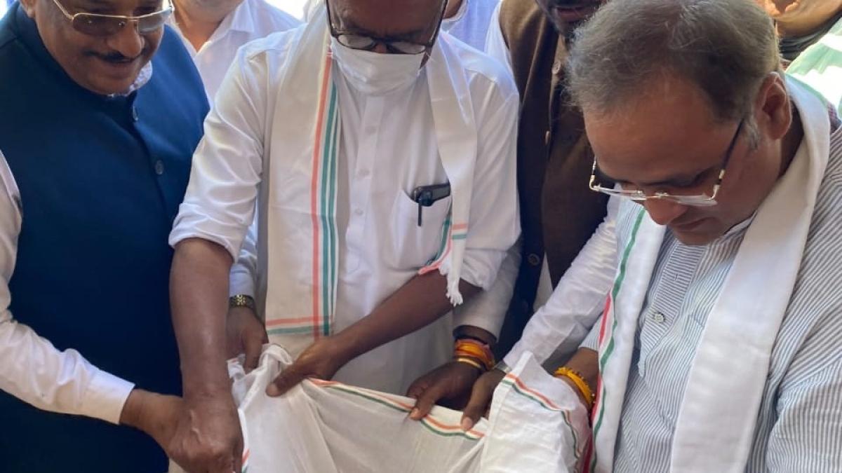 Madhya Pradesh: No Congress flag at Kisan Mahapanchayat in Ratlam, Digvijaya Singh prefers to listen to farmers