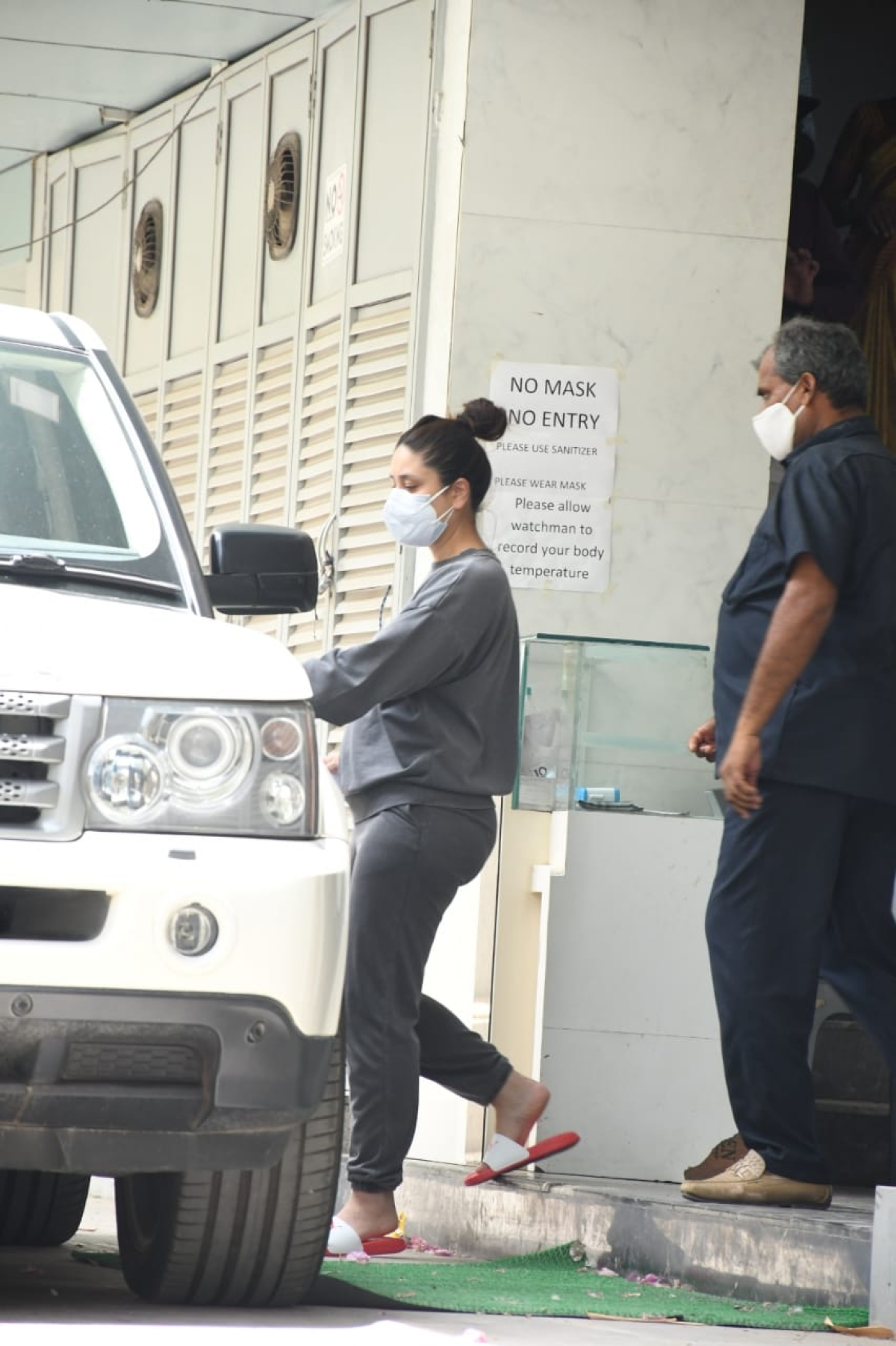 Watch: Paparazzi called out for yelling at watchman blocking their view while photographing Kareena Kapoor Khan