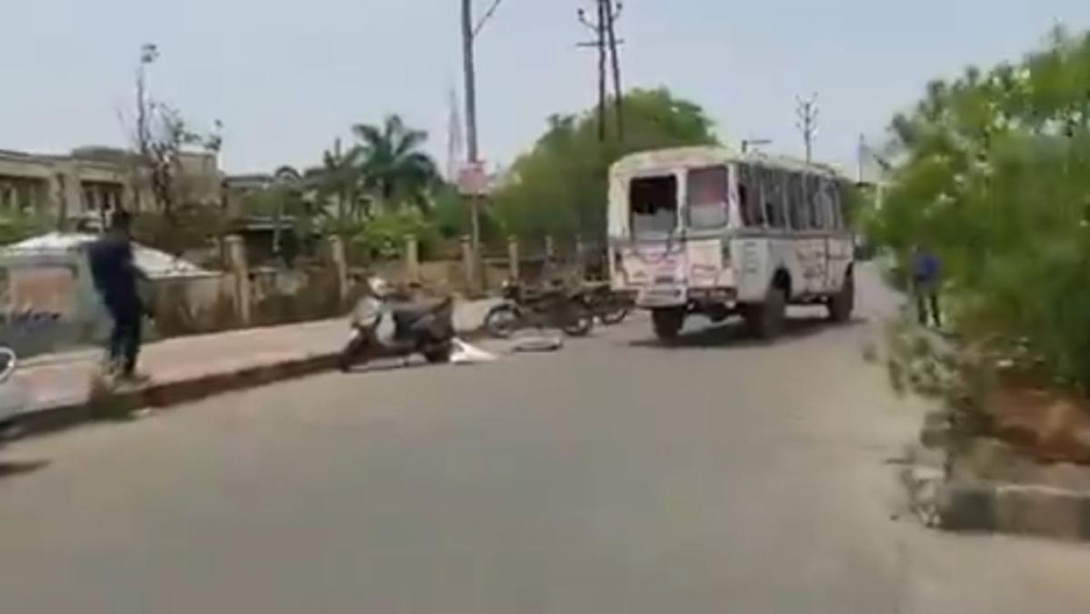 Madhya Pradesh: Body falls from hearse van in Vidisha