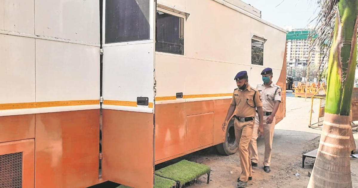 Mumbai Businessman gives vanity vans to police on lockdown duty