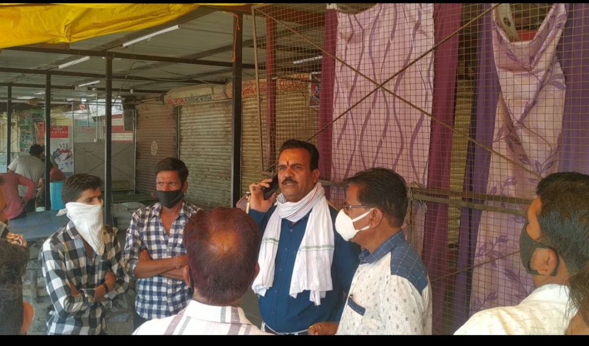 Congress leaders waiting for shopkeepers in Hatpipliya on Monday
