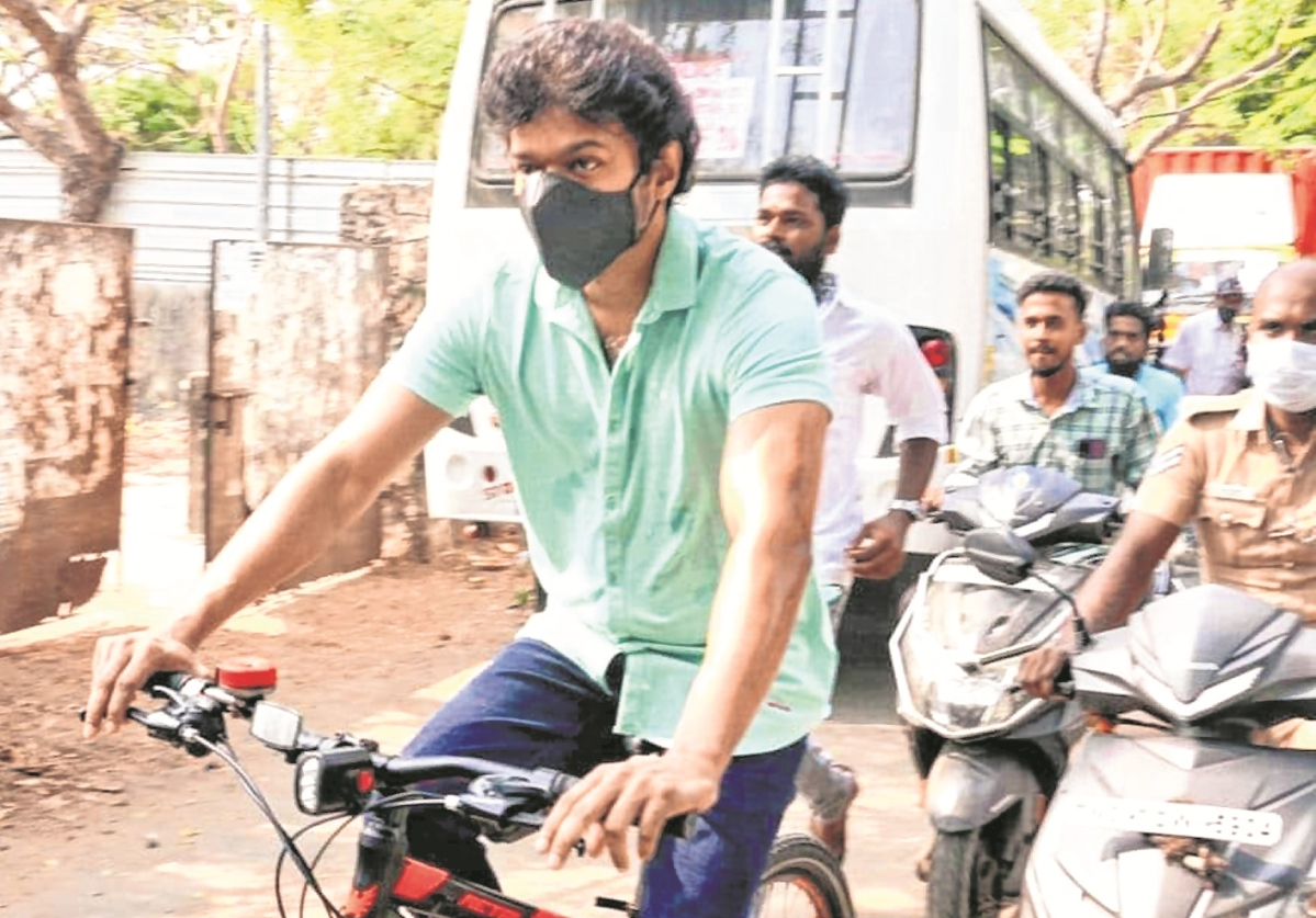 Actor's cycle, mask during voting trend on social media
