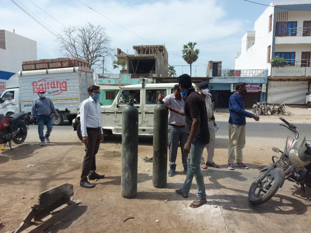Madhya Pradesh: Engineering workshop owners of Alirajpur donate 12 oxygen cylinders