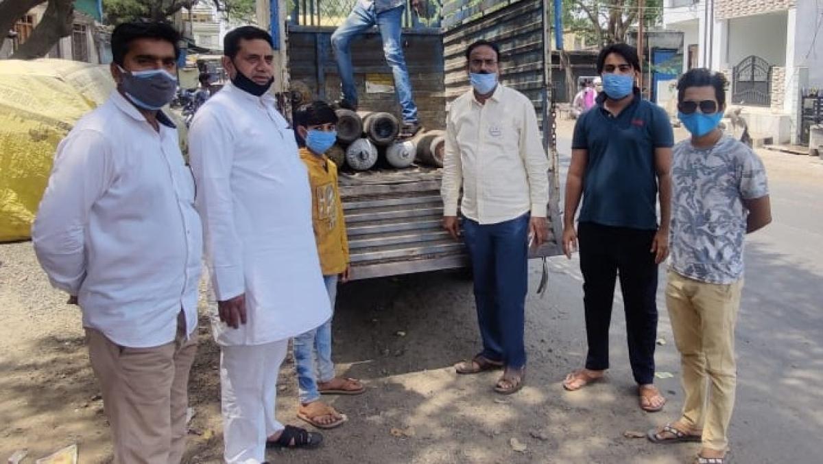 Madhya Pradesh: Samaritans of Sanawad donate 25 jumbo cylinders for corona patients, locals join the initiative