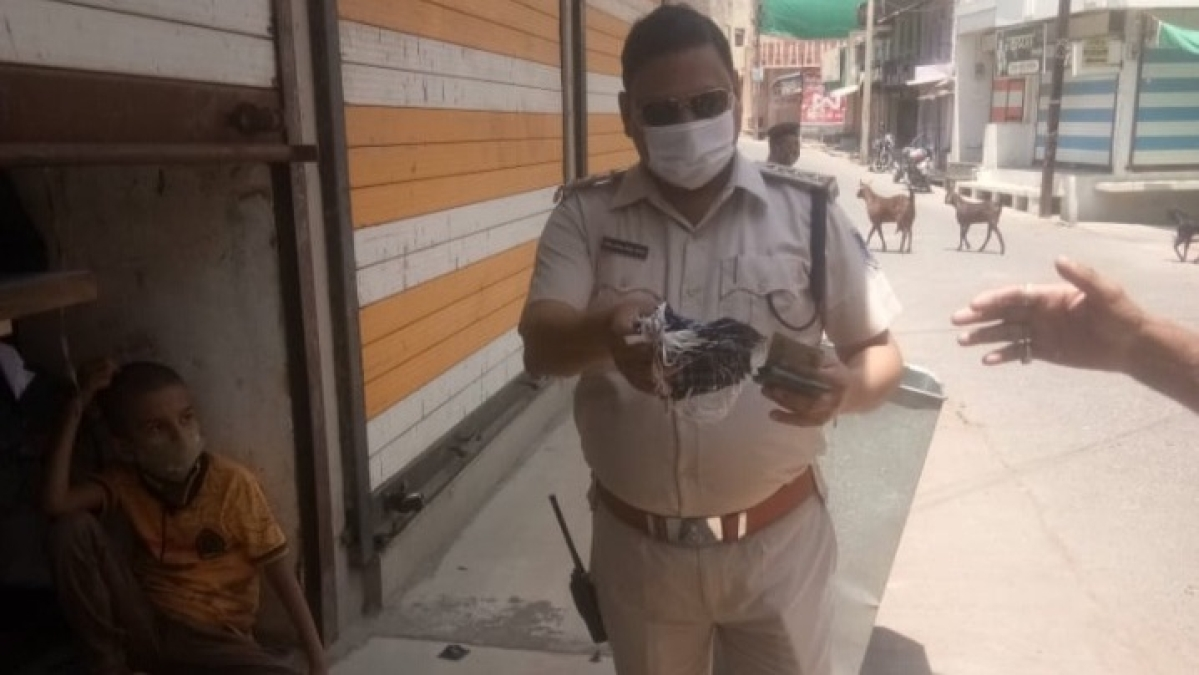 Madhya Pradesh: Cop in Sailana buys masks from a kid; distributes it among locals