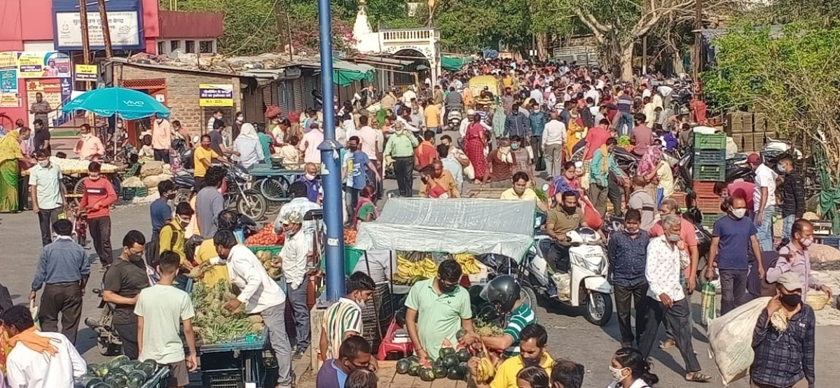 Indore: With frenzy to stock essentials, Covid norms go for a toss