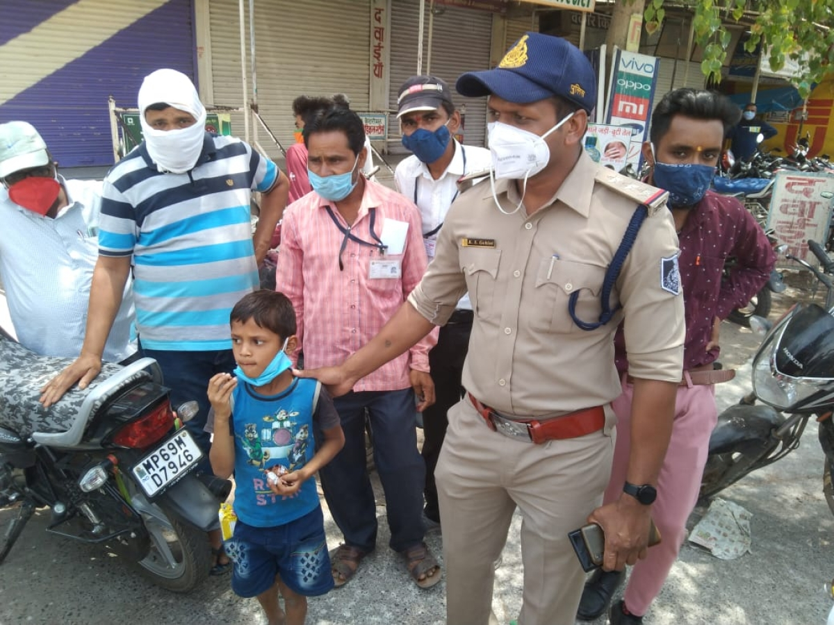 Madhya Pradesh: Kukshi police hand over the lost child to family, child ignores father, prefers to go with uncle