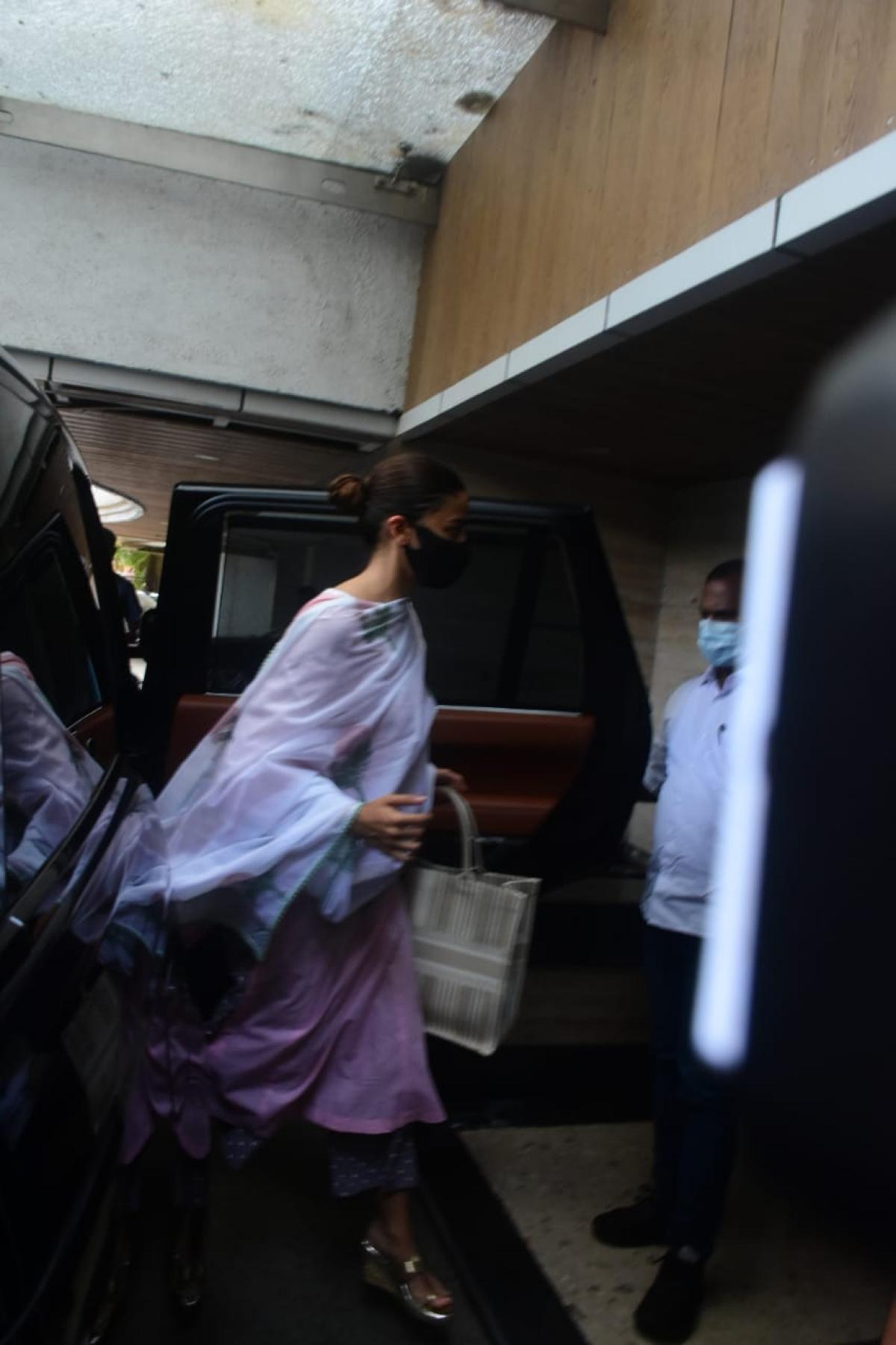 'Galat kar rahe ho': Ranbir schools paps outside Neetu's home as he arrives for Rishi Kapoor's death anniversary puja