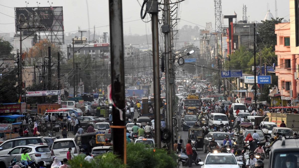 Heavy rush in Kolar area before the start of nine-day lockdown on Friday.