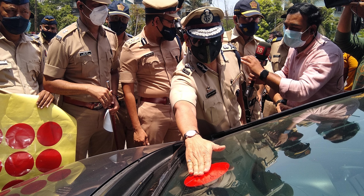 Colour code: Mumbai Police chief visits city toll plazas to create awareness