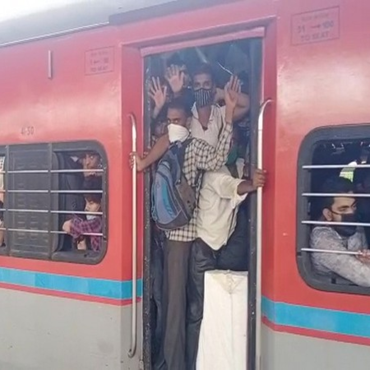 Migrant labourers leave Mumbai in packed trains fearing lockdown