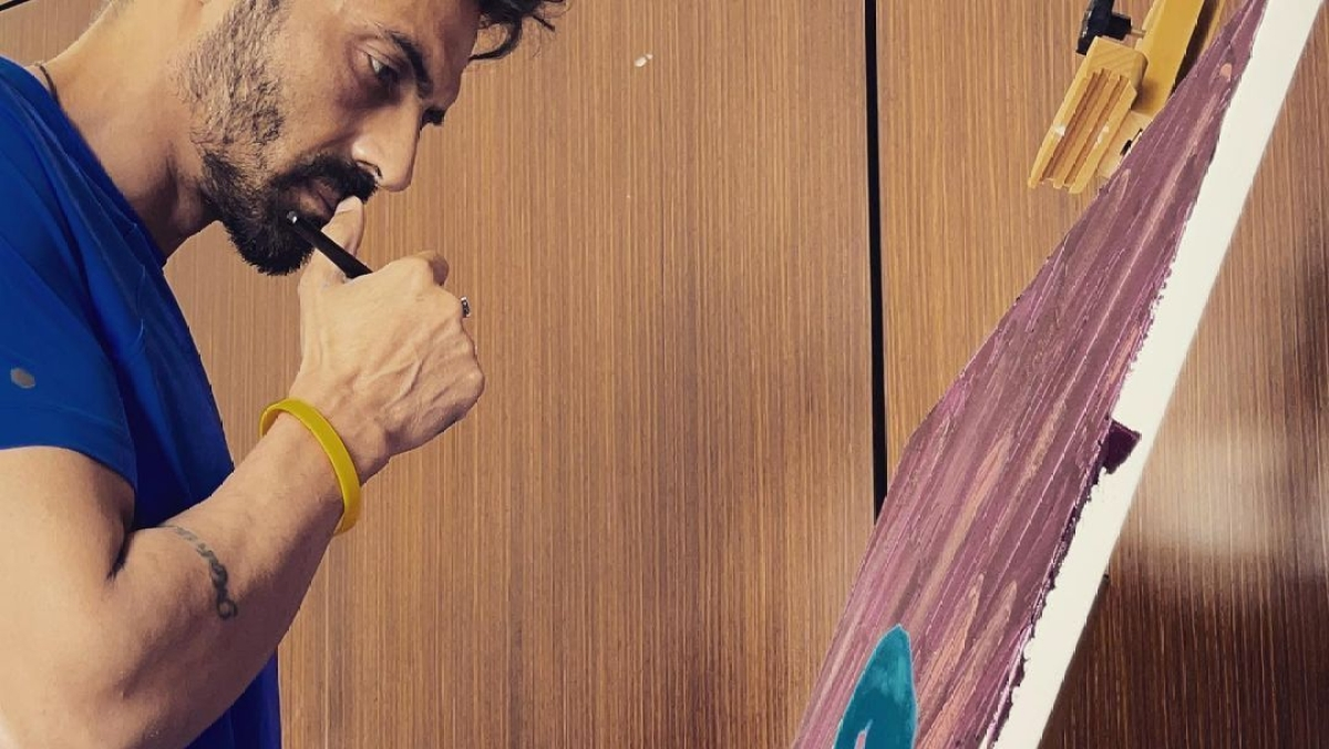 Fan asks Arjun Rampal who clicked his quarantine painting picture, actor answers
