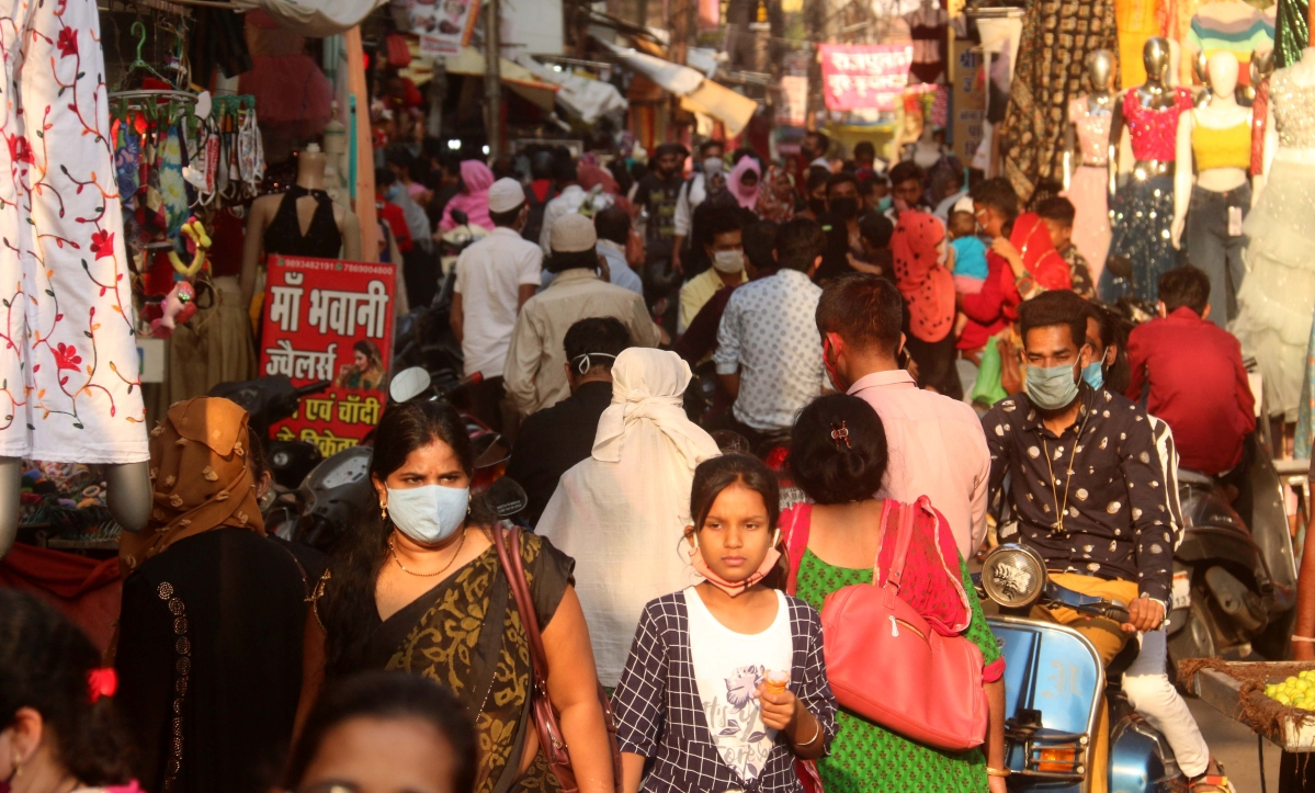 Heavy rush of people in Chowk Bazaar, Bhopal, after curfew ordered on Monday