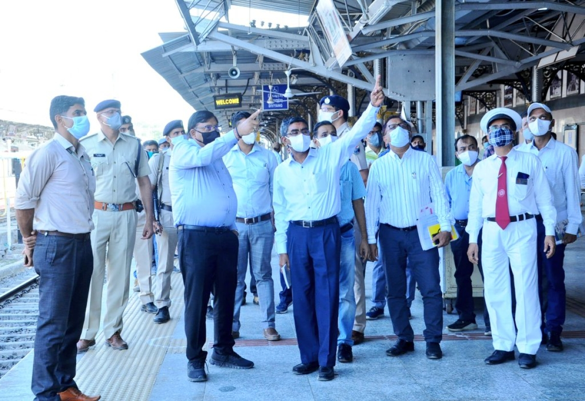 Alok Kansal – General Manager of Western Railway reviews ongoing infrastructural & safety works in Rajkot division