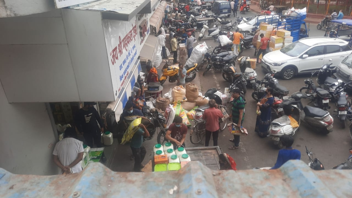Complaints are rife that the traders of Favvara Chowk and Daulatganj located wholesale grocery shops are selling various items on higher prices and that too throwing the corona protocols to the winds. One Subhash Yadav released a picture on Wednesday, which says it all
