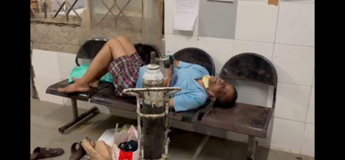 Shocking! Suspected COVID-19 patients treated on benches at Kalyan civic hospital