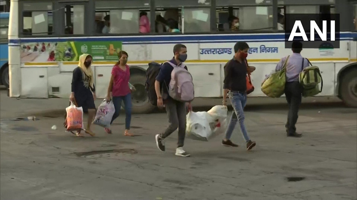 Amid rising cases of COVID-19, migrant workers spotted at ISBT, Anand Vihar in Delhi returning to their native places on April 13, 2021.