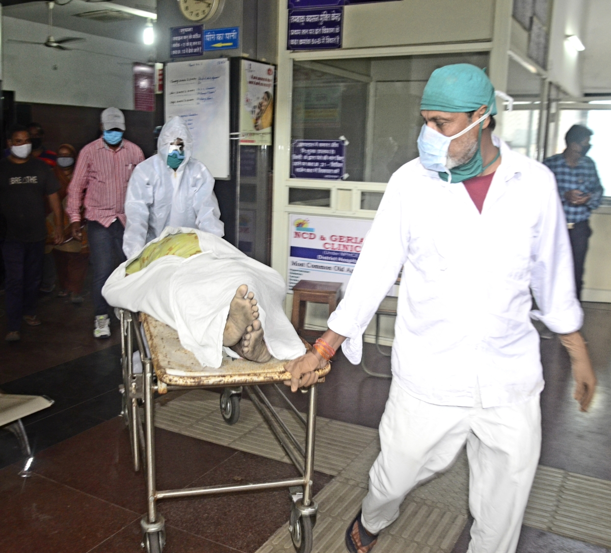 Covid body being taken out of a Bhopal hospital on Saturday. (Representative Photo)