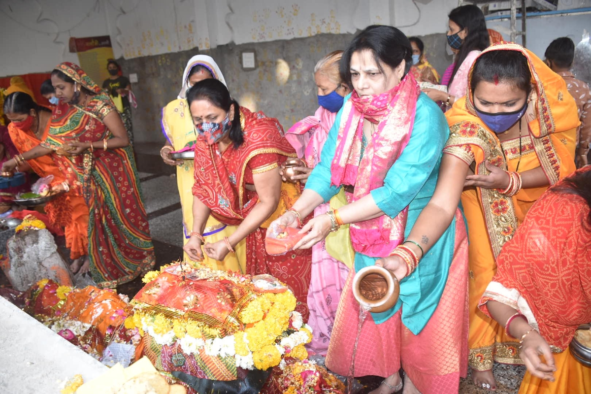 Ujjain: Amid Sunday lockdown women celebrate Sheetla Saptami