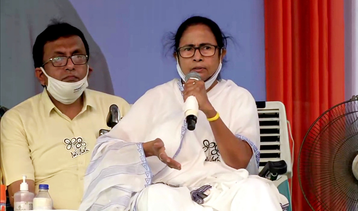 'Undemocratic and unconstitutional decision': Mamata Banerjee to sit on dharna tomorrow as EC bans her from campaigning for 24 hrs