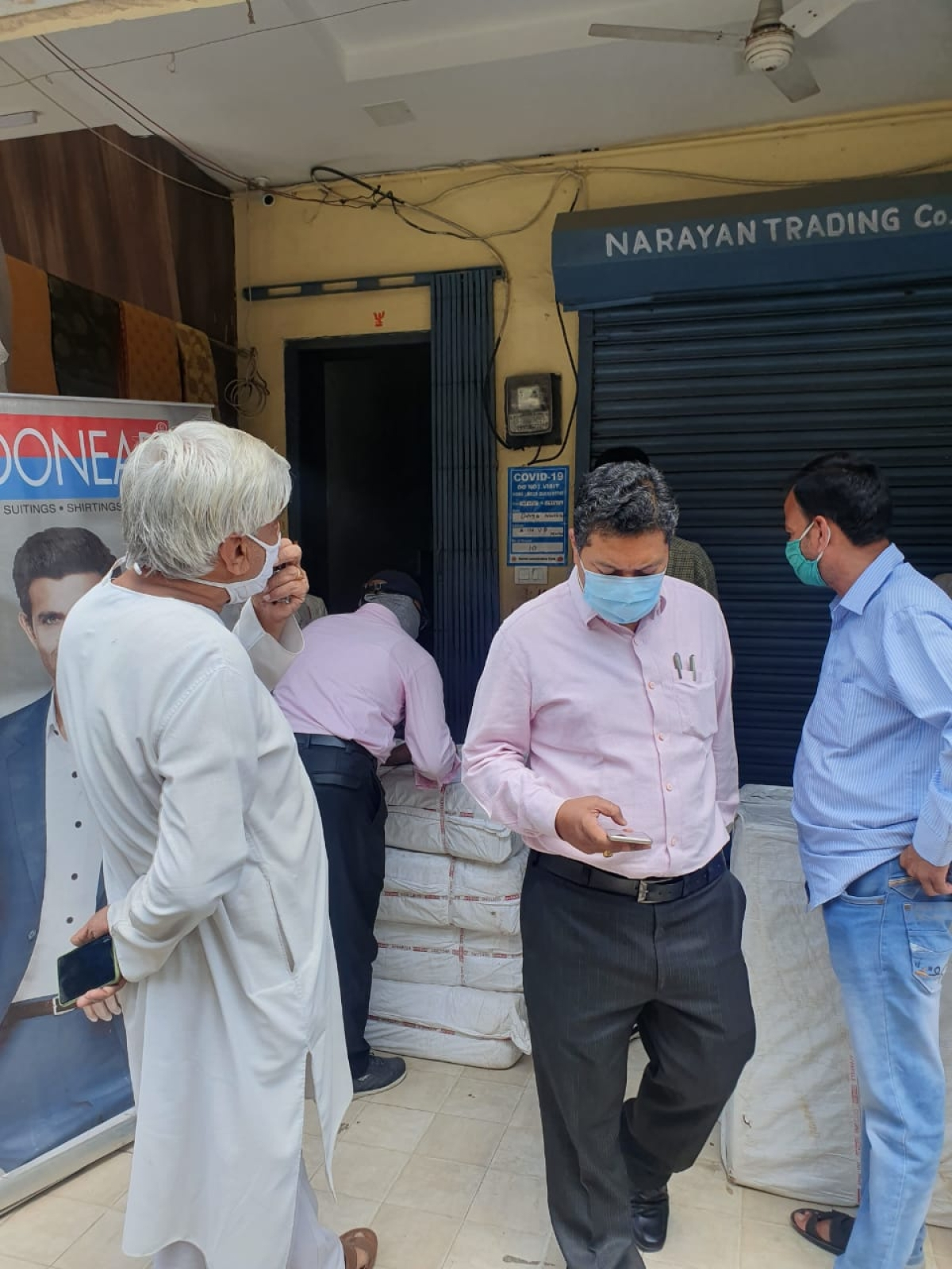 On April 6, two shops were sealed at the Vikramaditya Cloth Market after their proprietors continued with their business activities even after testing corona positive. Two members of the family have died of corona