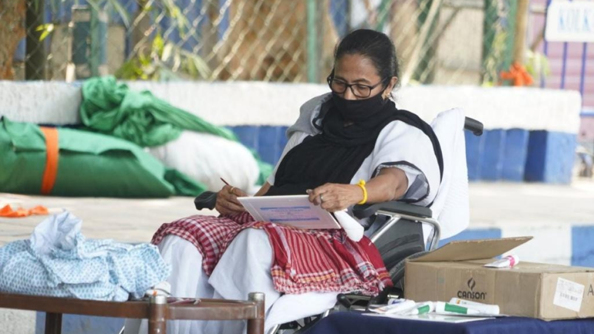 West Bengal Assembly Polls: Banned from campaigning by EC, Mamata Banerjee paints at solitary dharna