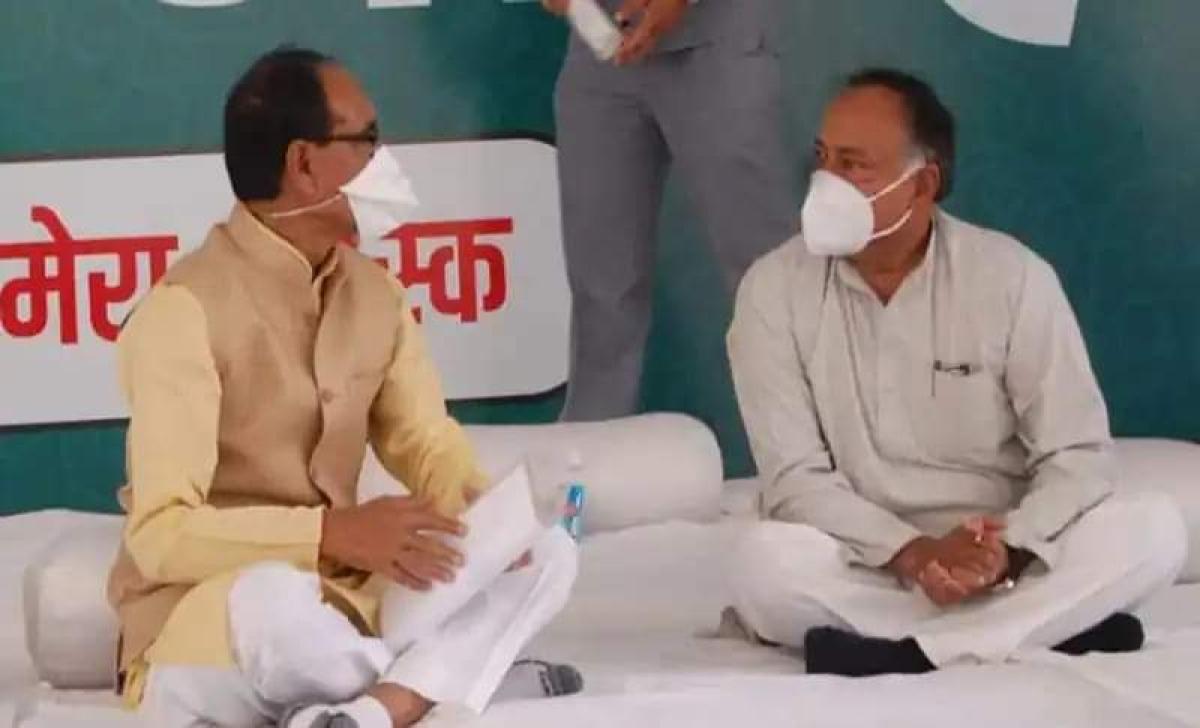 Guna MLA Laxman Singh with chief minister Shivraj Singh Chouhan