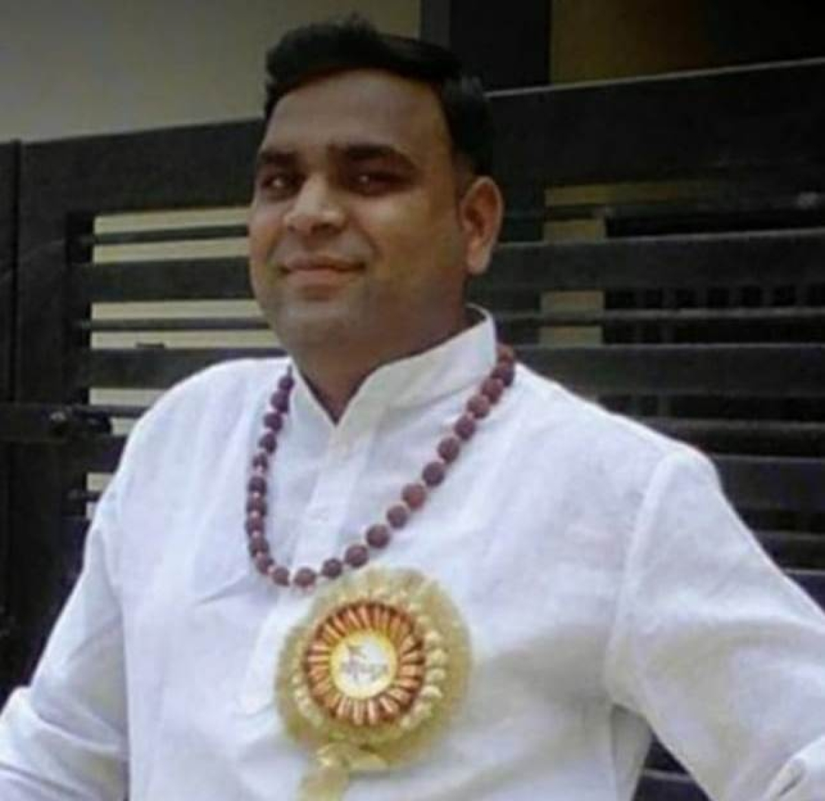 Vishal Soni (40), former teacher of Saraswati Shishu Mandir, Marutiganj, director of Genius Point Coaching Classes and vice-principal of Bharatiya Gyanpeeth, Mahananda Nagar died due to corona infection on Sunday. After testing positive, he was hospitalised for treatment. Local teaching fraternity mourned the untimely and sudden departure of Soni