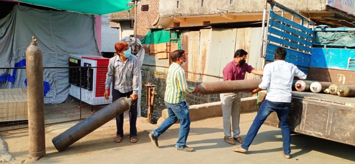 Madhya Pradesh: Youth of Bhikangaon give 25 empty cylinders for Covid Care Centre in Bhikangaon, to be filled in Pithampur
