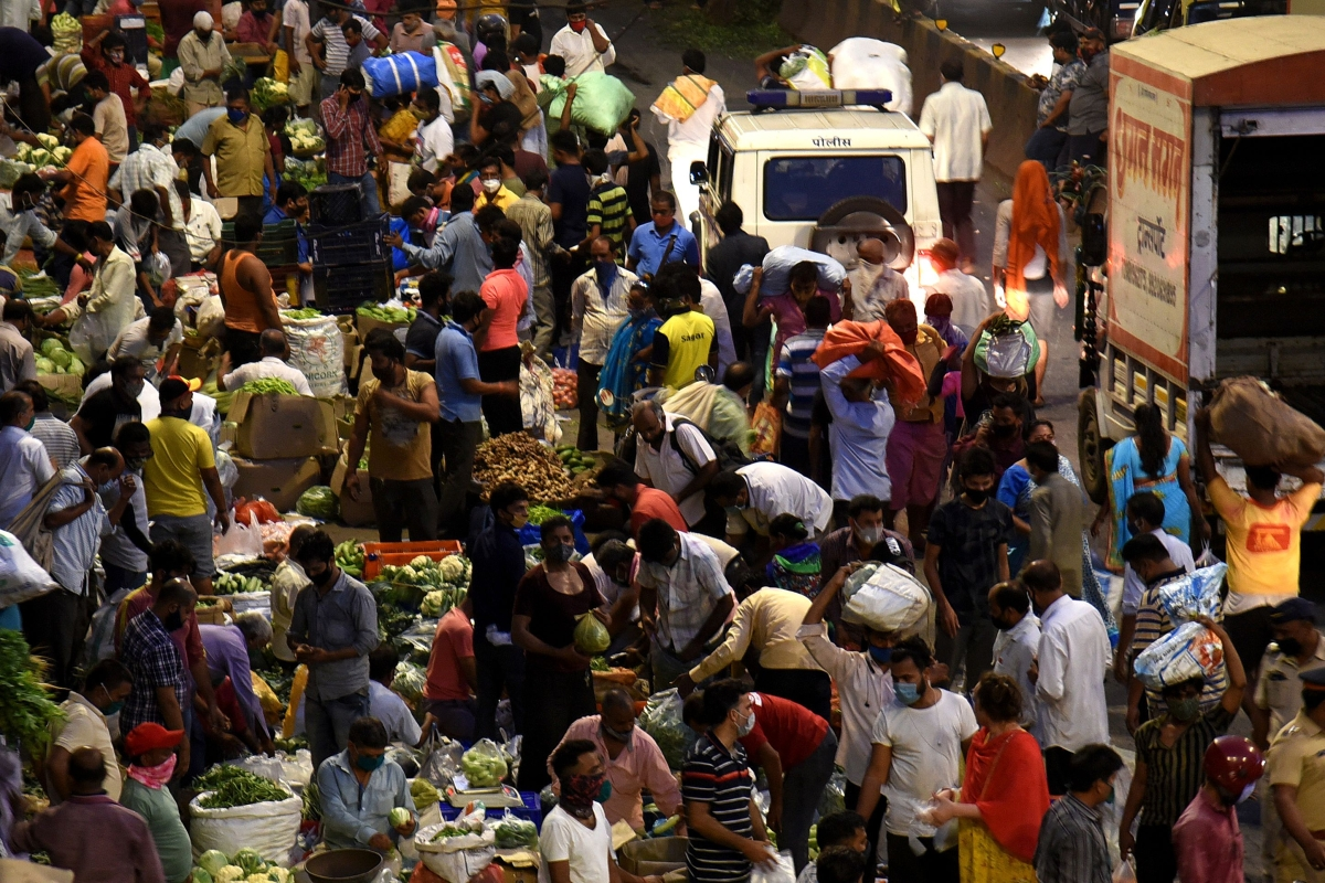 Mumbai: Huge crowd seen at Dadar vegetable market amid COVID-19 spike