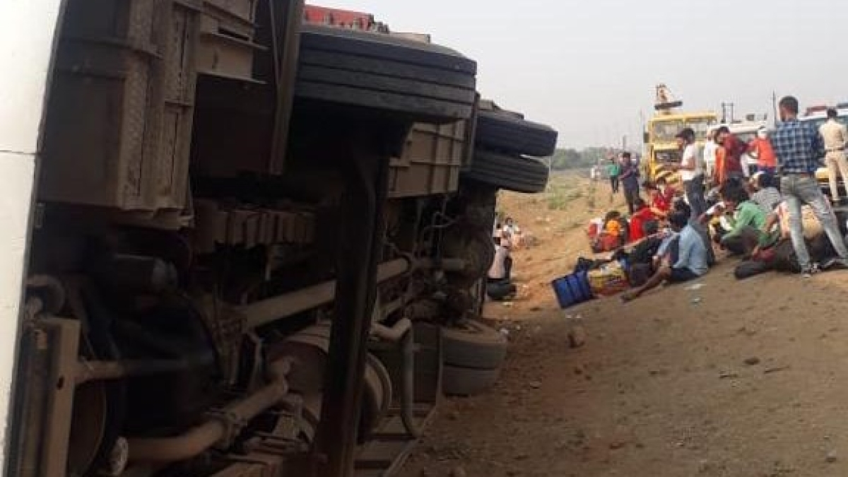 Madhya Pradesh: Five injured as bus carrying migratory workers overturns near Ruthian village