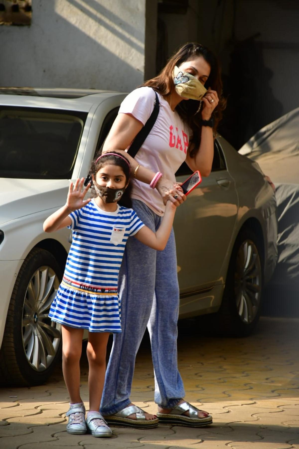 Isha Kopikar with daughter