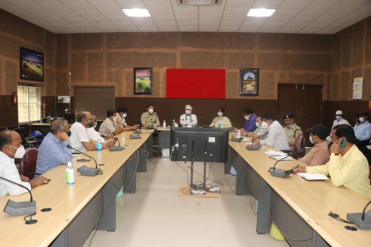 Khargone: District level crisis management committee reviews weekend lockdown measures